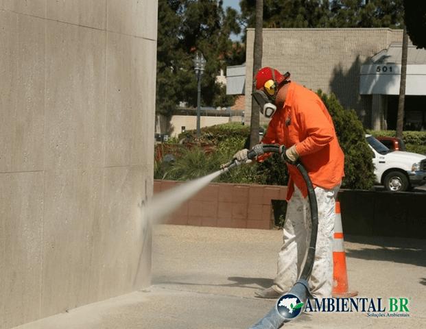 Limpeza de fachadas com hidrojato